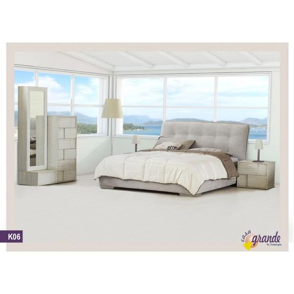 Κ 06 Σετ κρεβατοκάμαρας αποτελούμενο από ντυμένο κρεβάτι, κομοδίνα, συρταριέρα και επιδαπέδιο καθρέφτη.